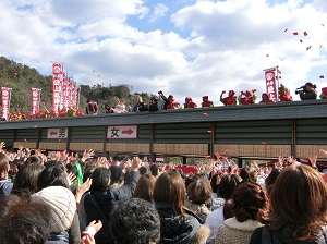 Bean-Throwing Ceremony at Saijo Inari
